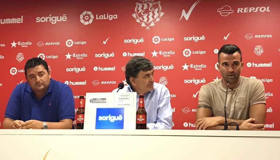 D'esquerra a dreta, Emilio Viqueira, Josep Maria Andreu i Manolo Martínez, a la sala de premsa del Nou Estadi.