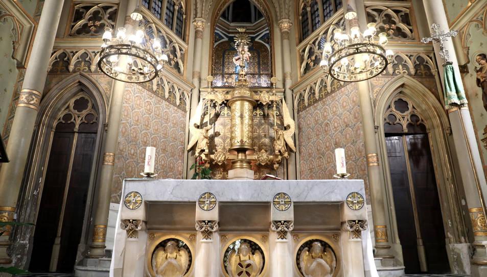 La petjada de Gaudí queda clarament reflectida en l'altar.