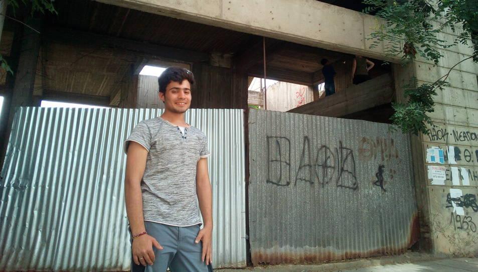 L'Abdulnahab Afridi, de 17 anys, somriu a l'entrada de l'edifici, on viu des de fa uns mesos.