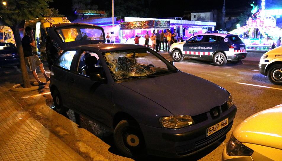 Pla general del cotxe implicat en l'atropellament davant de la zona d'atraccions ambulants de la festa major de Roquetes. Imatge del 2 de juliol de 2017 (horitzontal)
