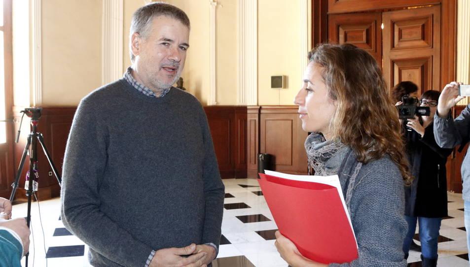 Imatge d'arxiu de Pau Ricomà, d'ERC, i Laia Estrada, de la CUP, a l'Ajuntament de Tarragona el passat novembre.