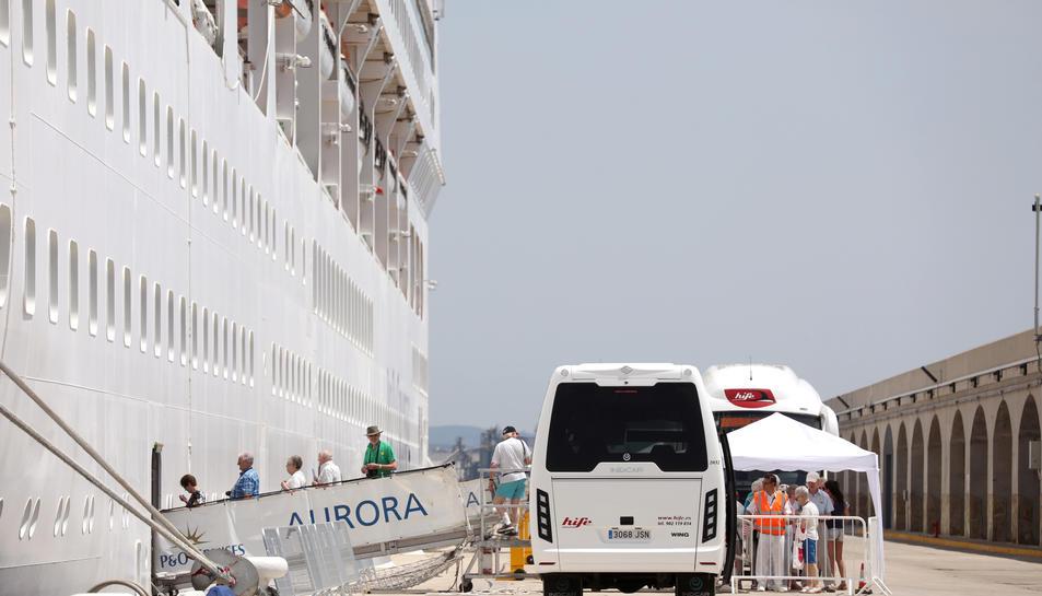 Imatge de l'arribada del creuer Aurora, que va atracar a Tarragona el 16 de juny.