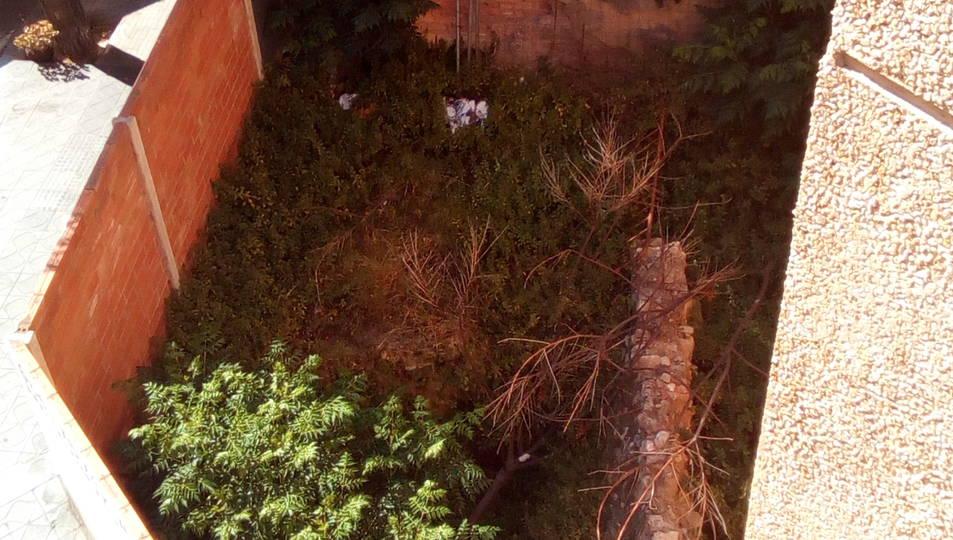 Estat del solar d'Estanislau Figueres i l'edifici afectat per l'aigua.