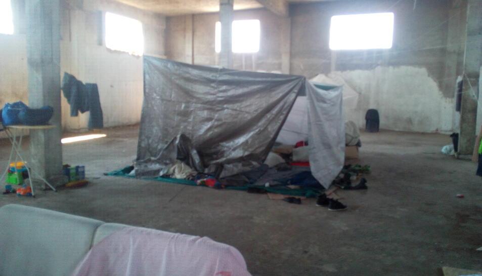 L'espai on dormen, separat de la resta de la planta per unes cortines de plàstic.