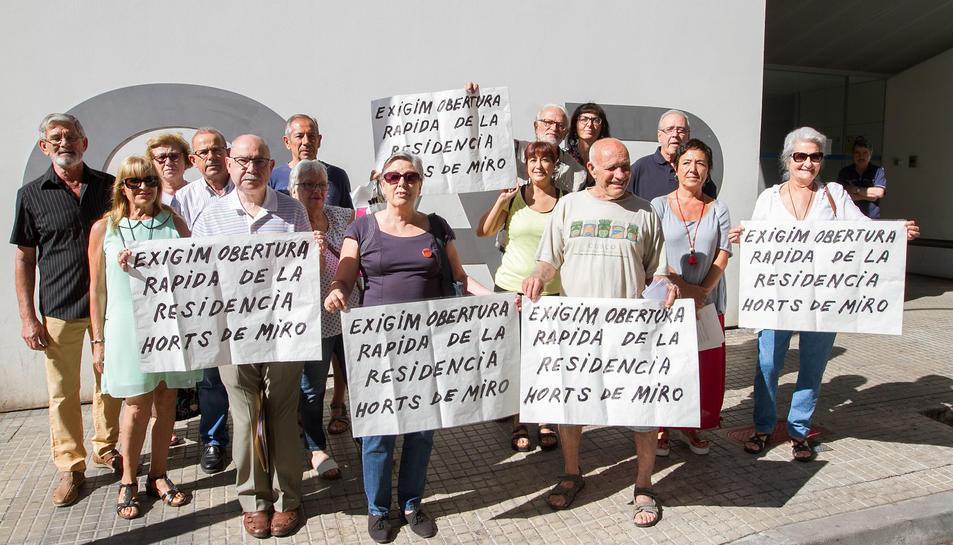 Van protestar ahir juntament amb la CUP, l'USITAC, la Marea de Pensionistes i l'associació del barri.