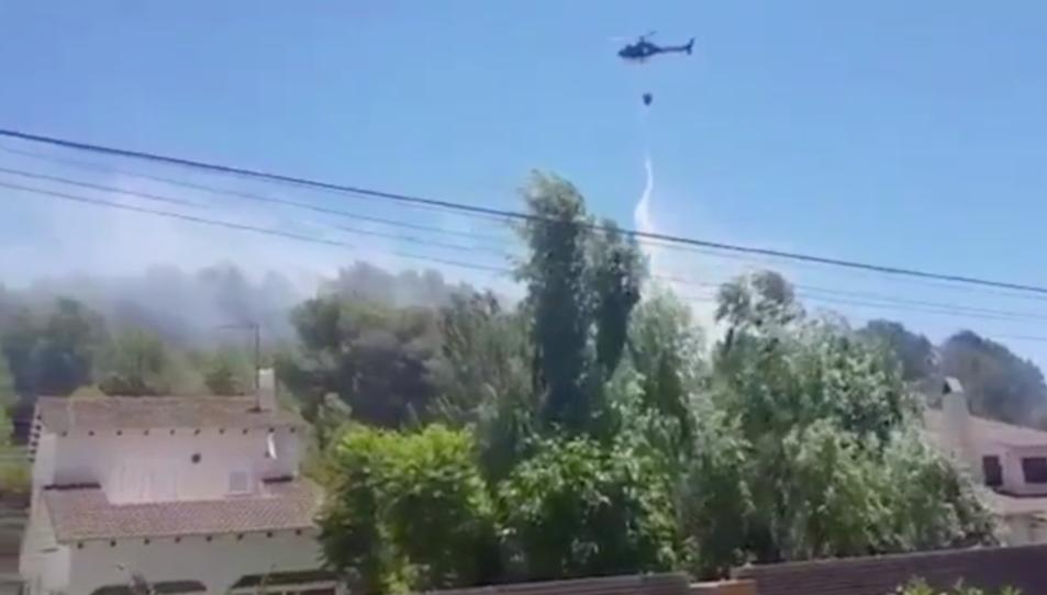 L'helicòpter treballant per apagar el foc.