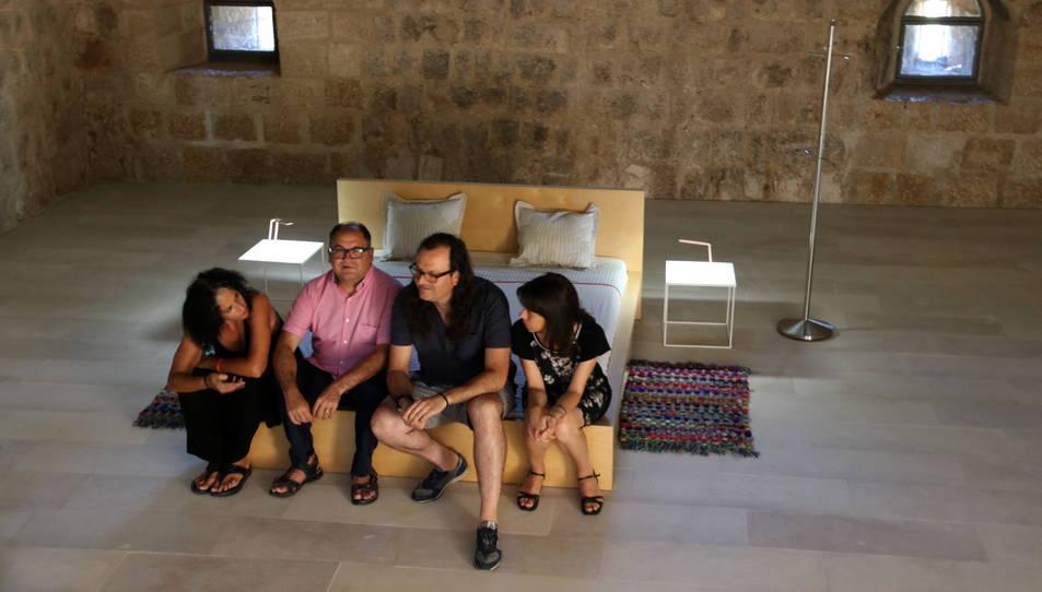 Pla general de la instal·lació a la torre de la Carrova, amb la directora d'XYZ, Antònia Ripoll; el regidor de Campredó, Emigdi Subirats; l'artista Jaume Vidal; i la regidora d'Amposta, Inés Martí.