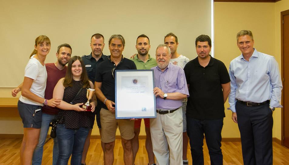 Fotografia de família de l'entrega del trofeu, amb alguns dels periodistes que integren el Grup i Natxo González.