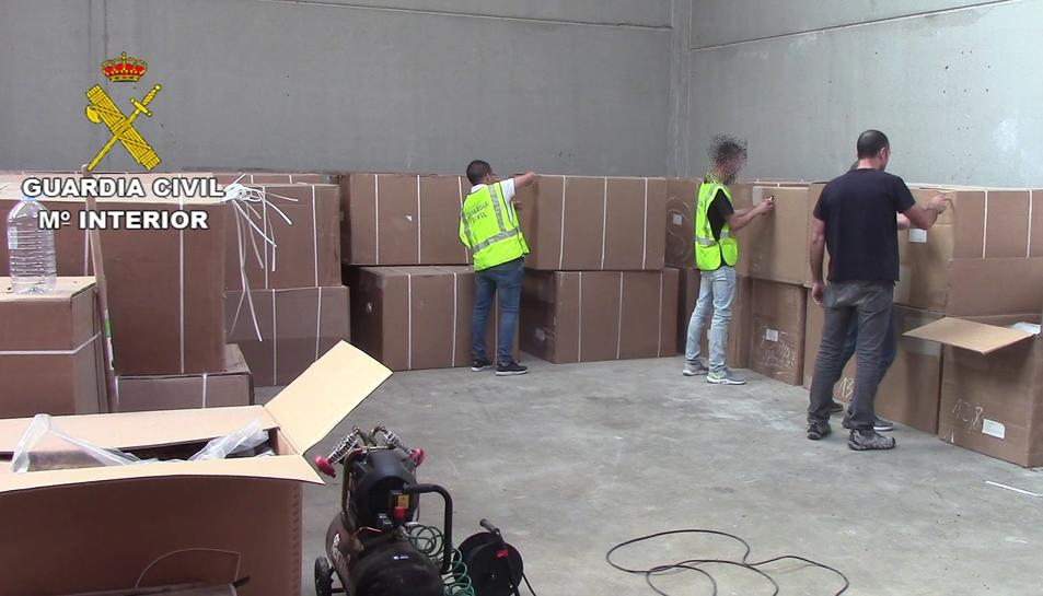 A la nau de Llorenç es van intervenir 105 caixes de cartró amb 10.500 quilos de fulla i picadura de tabac.