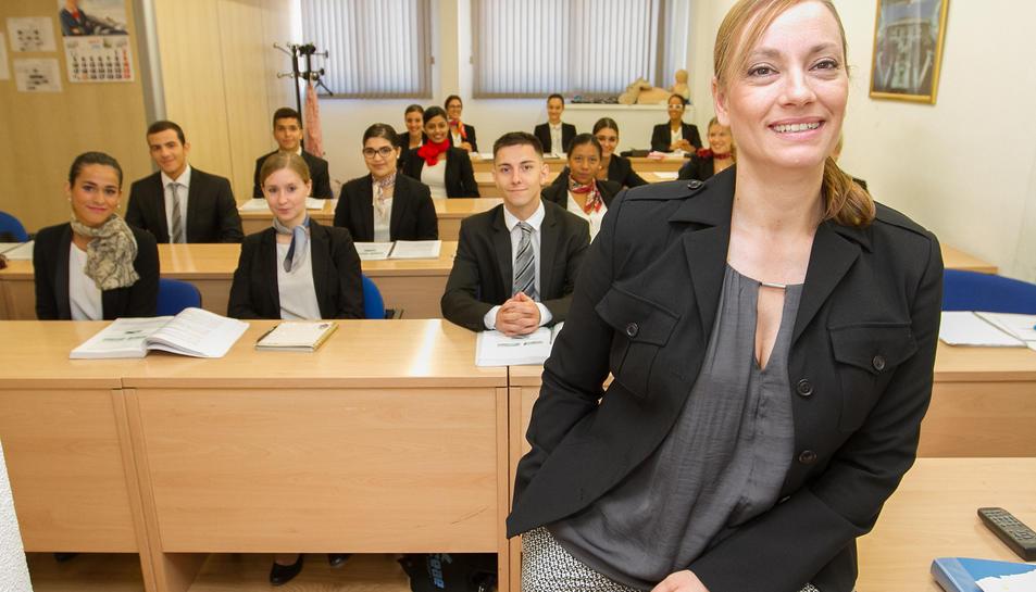 Els alumnes, vestits d'acord a la professió a la qual aspiren, amb una de les professores.