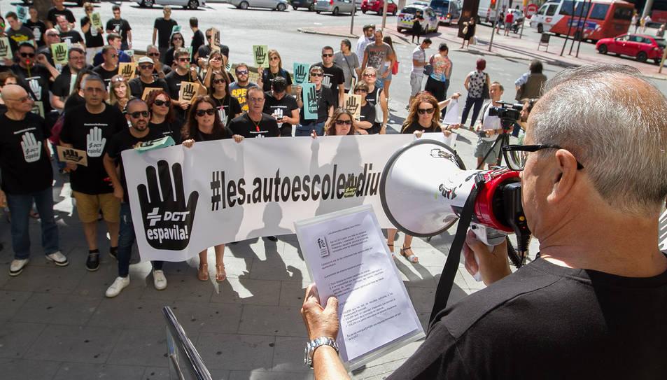 Protesta de les autoescoles de Tarragona per la manca d'examinadors