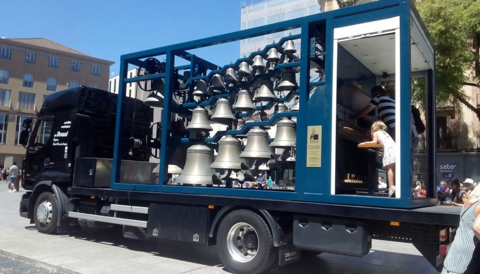 El carilló mòbil, que arriba demà a Tarragona, ja ha sonat pels carrers de Barcelona.
