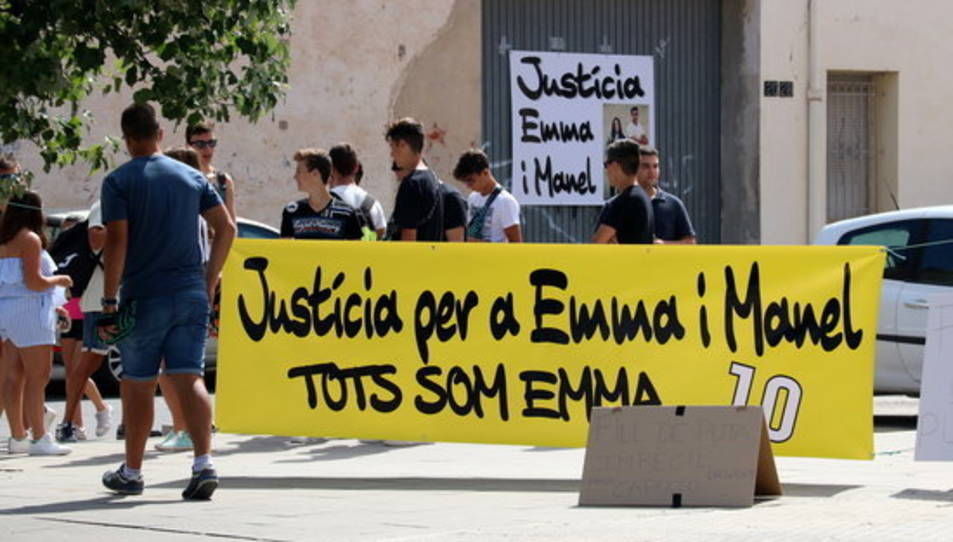 Pla general d'una pancarta reclamant justícia per a les víctimes, instal·lada al costat de l'accés de l'aparcament dels jutjats d'Amposta.