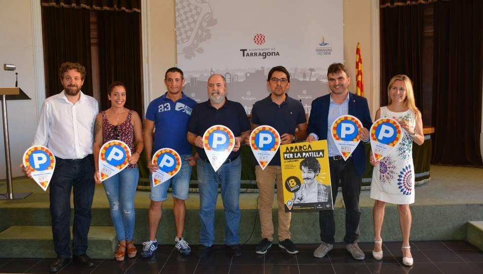 Fotografia de família dels premiats, que han recollit l'abonament al consistori aquest dimecres.