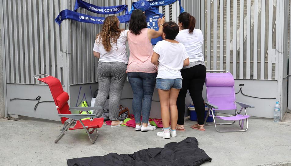 Les noies van portar cadires, nevera i fins i tot matalassos.