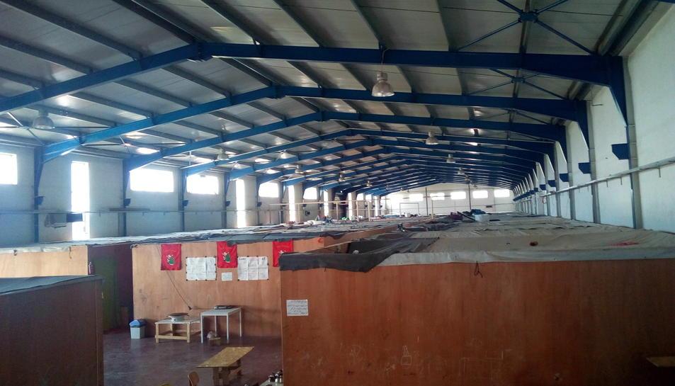 Interior de la nau industrial Sinatex que actualment acull a 84 persones.