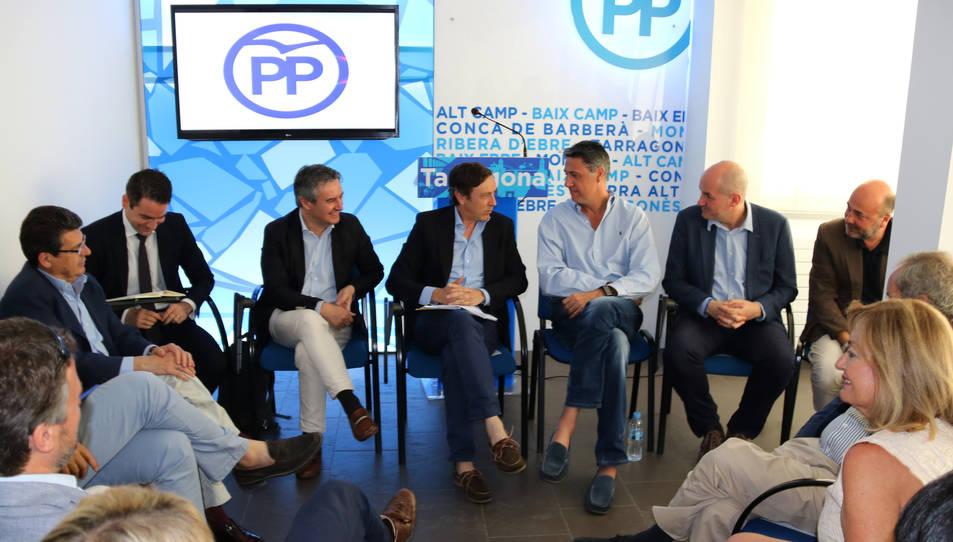 Pla obert de la reunió del PP a Tarragona sobre el corredor mediterrani, amb Rafael Hernando i Xavier Garcia Albiol, al centre.