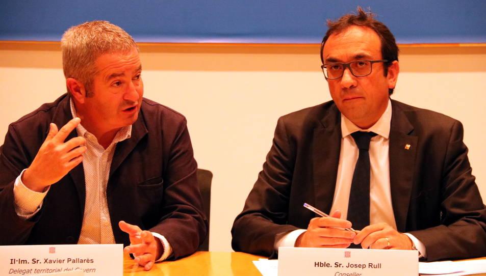 EL conseller de Territori i Sostenibilitat, Josep Rull, i el delegat del Govern a les Terres de l'Ebre, Xavier Pallarès, durant la roda de premsa d'aquest dijous.