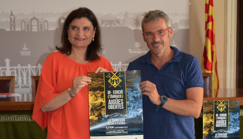 La consellera d'Esports, Elisa Vedrina, i Antoni Pérez-Portabella, vicepresident i responsable de la secció d'Aigües Obertes del Club Natació Tàrraco.