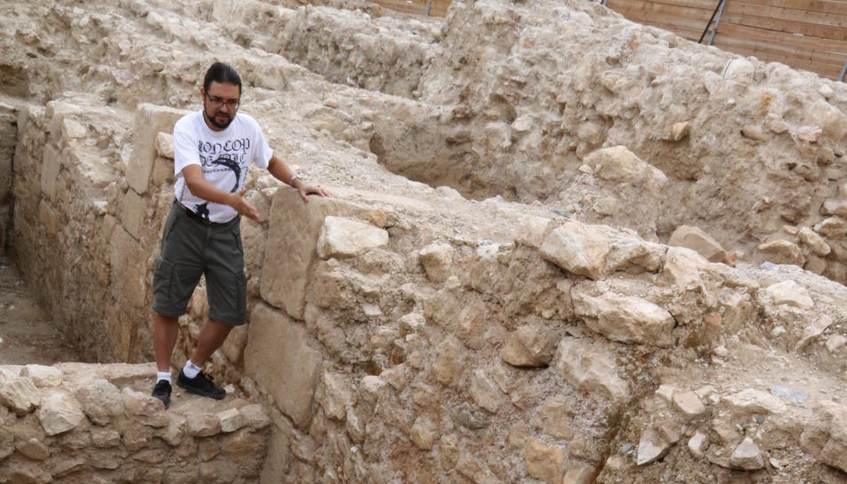Pla obert del director de l'excavació de Tortosa, Ramon Ferré, mostrant una antiga sortida de la claveguera d'època romana. Imatge del 7 de juliol de 2017