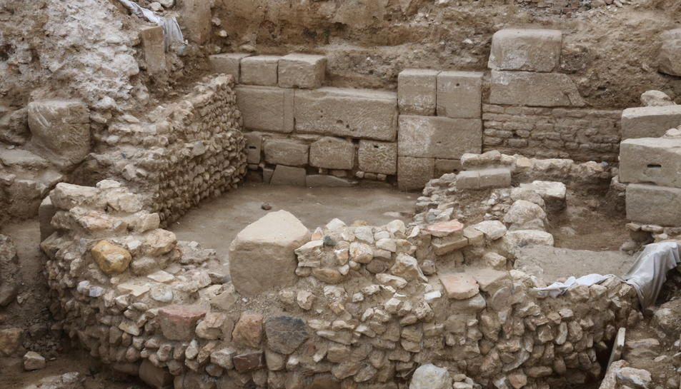 Pla obert de les excavacions davant la Catedral de Tortosa amb l'absis d'un temple visigòtic i el mur de carreus d'època romana. Imatge del 7 de juliol de 2017