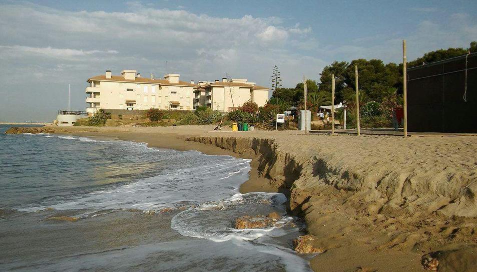 La platja del Francàs es torna a quedar sense sorra