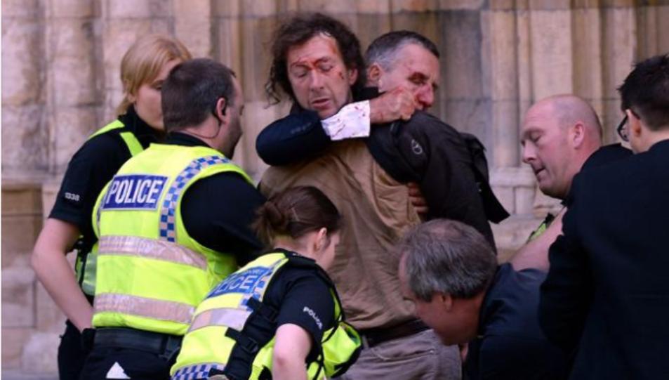 La fotografia publicada, al seu dia, pel diari britànic YorkPress, del moment de la detenció de l'home a York, el 2013, després de l'agressió.