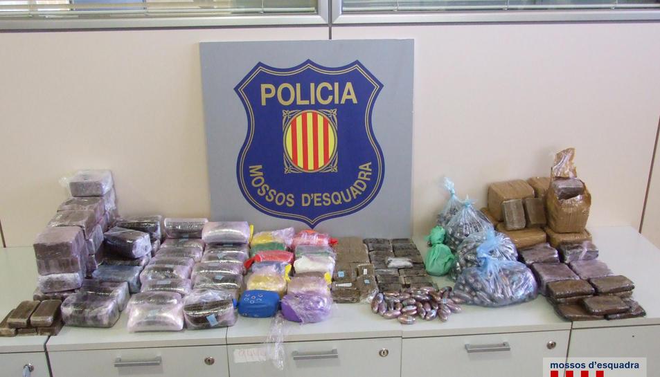 Els Mossos van incautar diverses drogues i armes.