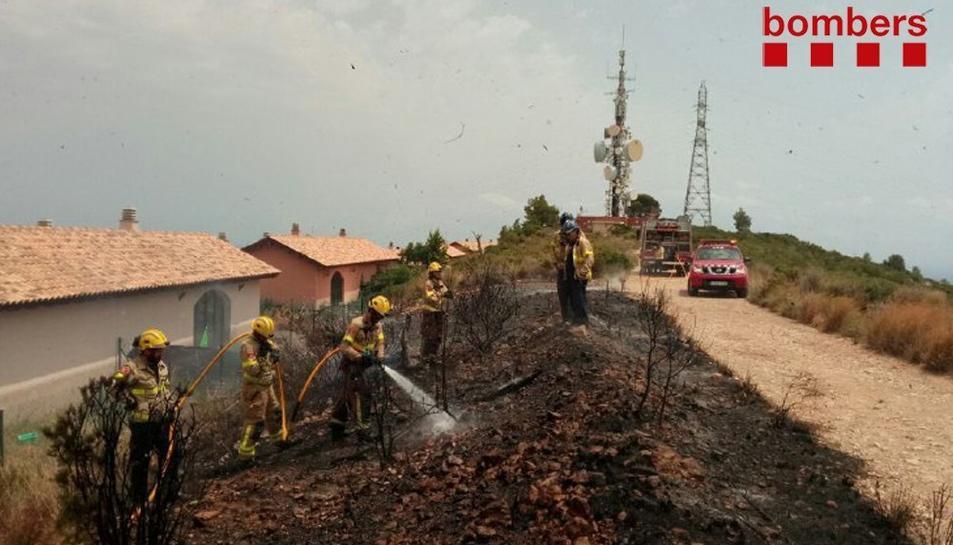 El foc ha cremat vegetació propera a habitatges.