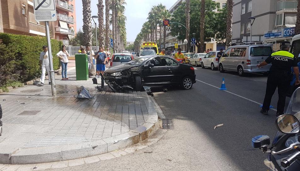 El cotxe ha topat contra un fanal en perdre el control