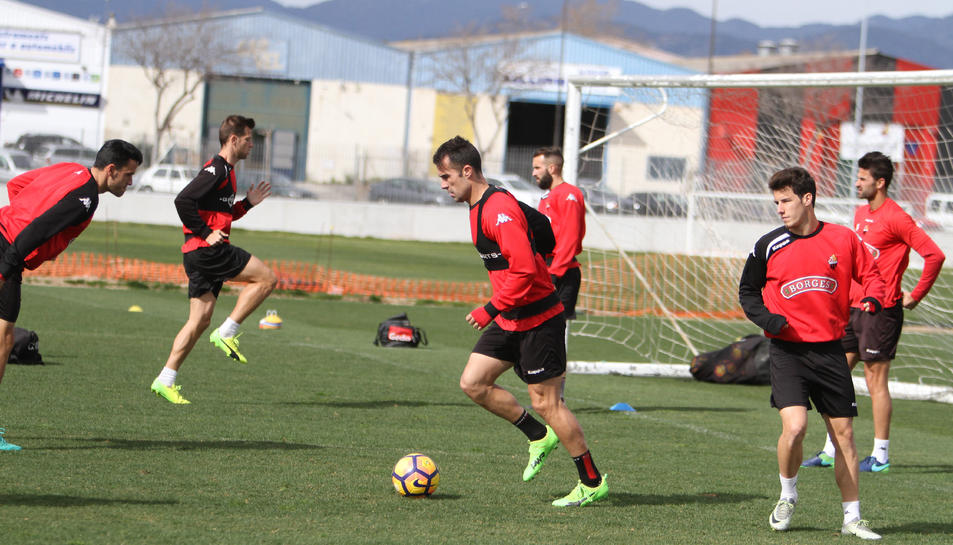 Aritz López Garai, vestit de curt en el primer entrenament de la temporada passada, serà ara qui dirigirà l'equip.