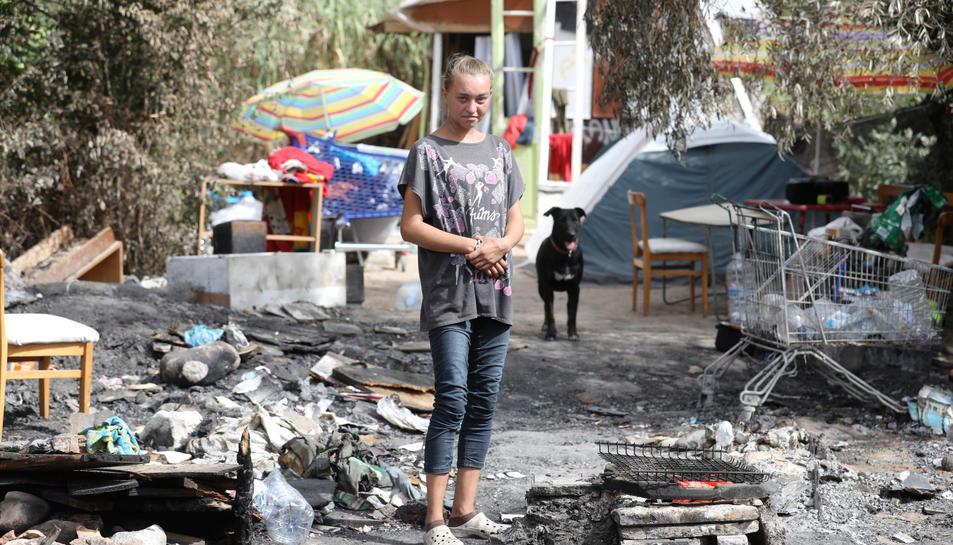La Katarzyina al davant de la seva xabola i sobre les restes de l'incendi, que va tenir lloc el diumenge passat, a la vora del Francolí.