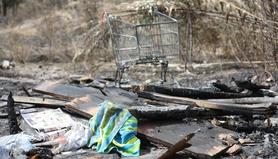 Detall de les restes de les xaboles cremades a l'incendi.