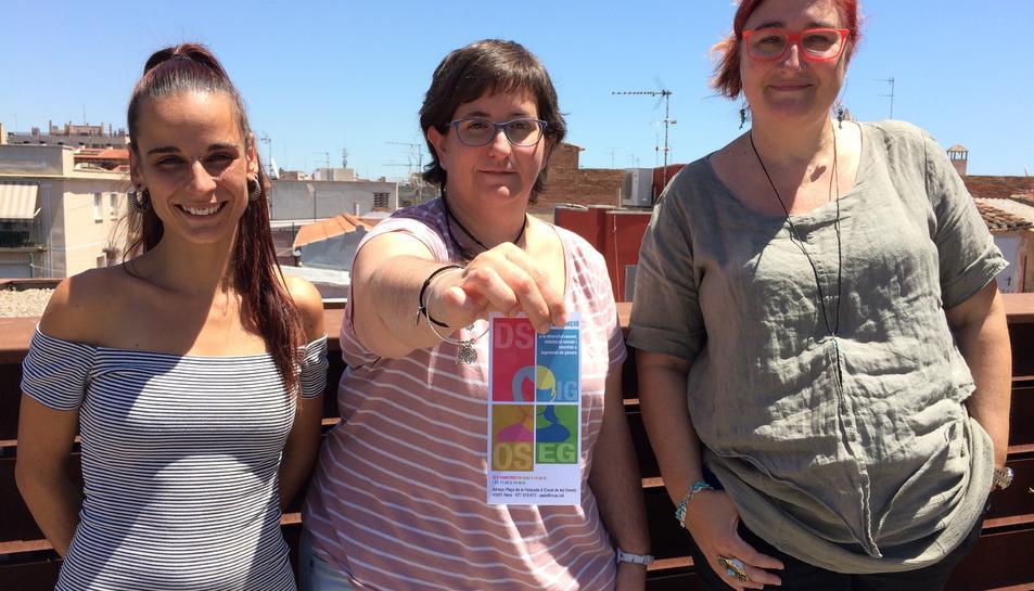 Viñals, professional de l'entitat H2O, amb les tècniques de l'Ajuntament Marta Palacios i Celia Albi.