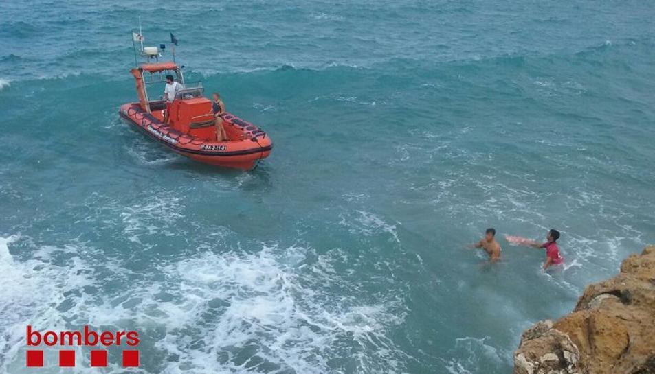 Els bombers van rebre suport des de l'aigua de Salvament Marítim.