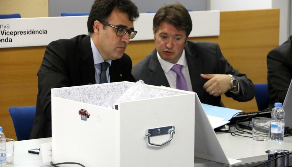 El secretari d'Hisenda, Lluís Salvadó, inspecciona el contingut de la caixa amb l'oferta de Hard Rock per construir el CRT de Vila-seca i Salou