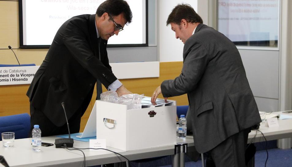 El secretari d'Hisenda, Lluís Salvadó, en el moment de l'obertura de la caixa que conté l'oferta de Hard Rock per construir el CRT de Vila-seca i Salou