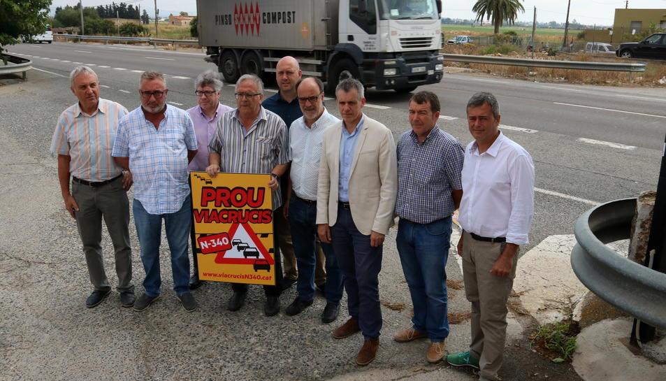 Pla general dels alcaldes i càrrecs d'ERC al costat de la carretera N-340, a l'altura d'Amposta. Imatge del 10 de juliol de 2017