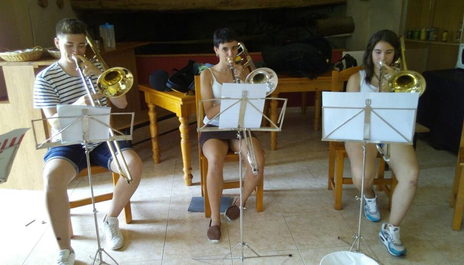 Els joves comparteixen sessions musicals en la seva estada a Prat del Comte.