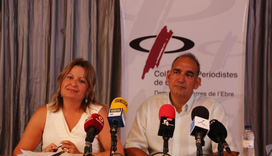Anna Guasch i Joan Rebull, membres de Marea Blanca Terres de l'Ebre i treballadors de l'Hospital de Tortosa Verge de la Cinta, a la seu del Col·legi de Periodistes de les Terres de l'Ebre, aquest 11 de juliol de 2017