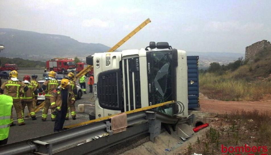 Els bombers han hagut d'excarcerar el camioner, que ha quedat atrapat a la cabina del vehicle.