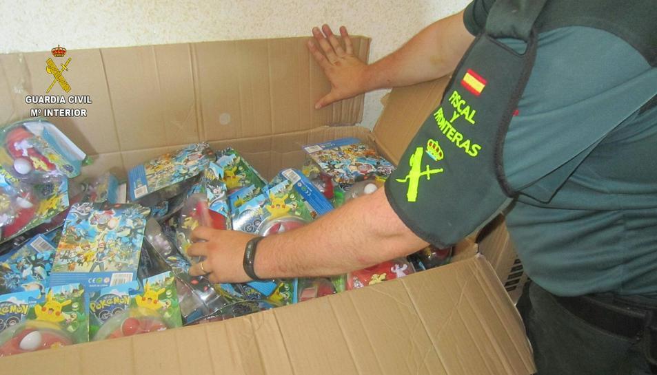 Detall de les joguines falsificades a l'interior d'una caixa.
