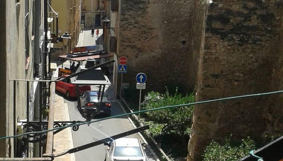 El trenet maniobra en direcció prohibida i llarga cua de cotxes.