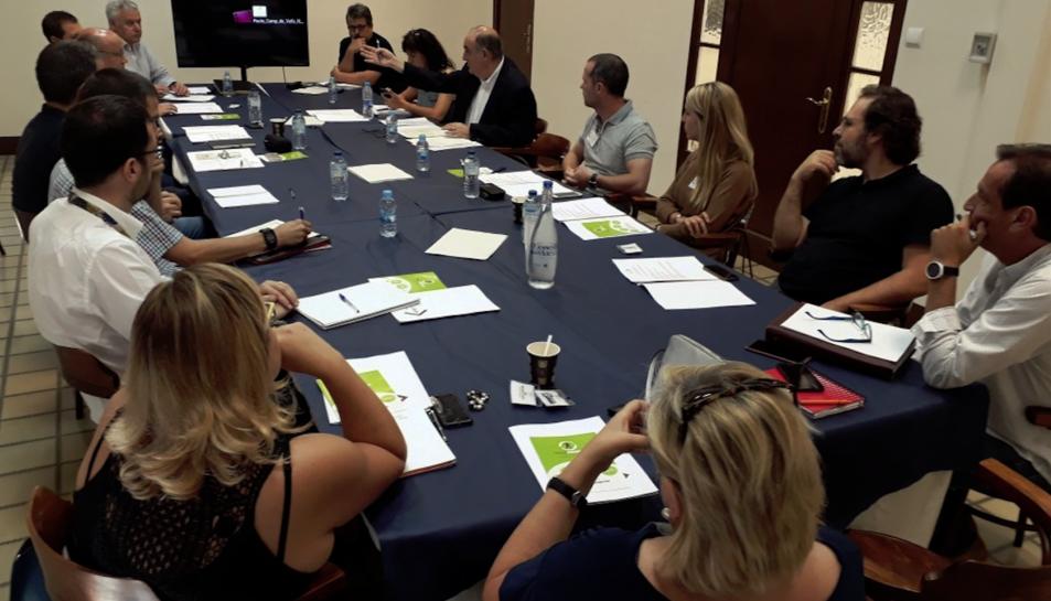 Imatge de la reunió dels representants de les empreses logístiques del territori.