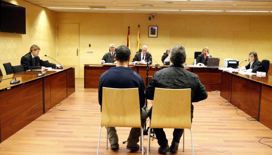 Imatge de la sala de vistes de l'Audiència de Girona amb l'acusat d'esquenes abans de començar el judici.
