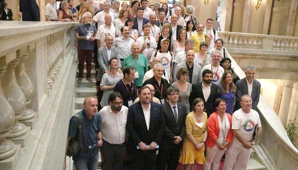 Els impulsors de la ILP de la renda garantida de ciutadania celebren, amb el Govern i representants dels grups parlamentaris, que la cambra hagi aprovat per unanimitat la prestació.