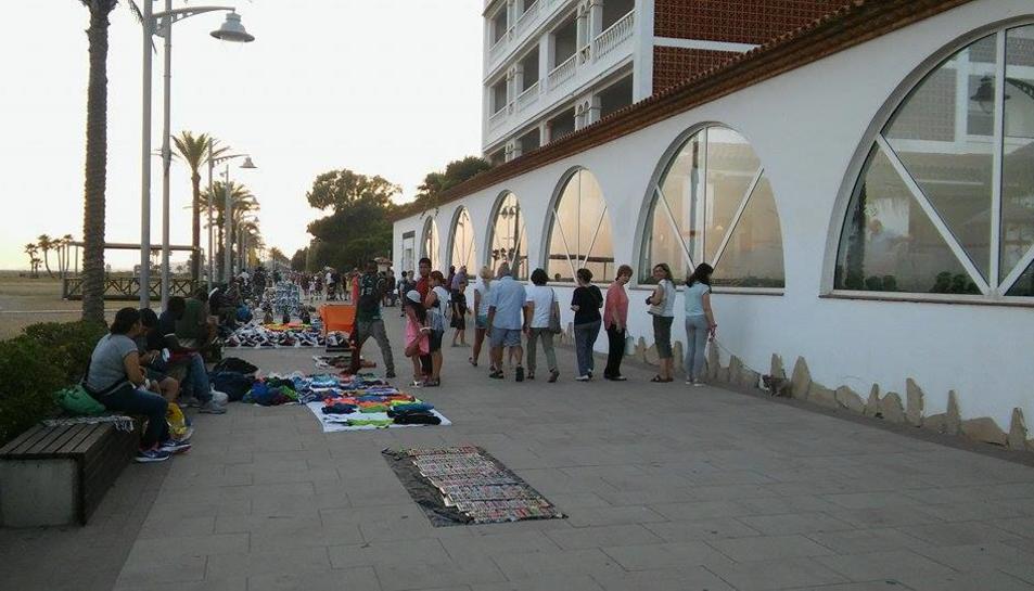 Imatge dels venedors, el passat dimarts, cap a les nou del vespre, davant de l'Hotel Europe.