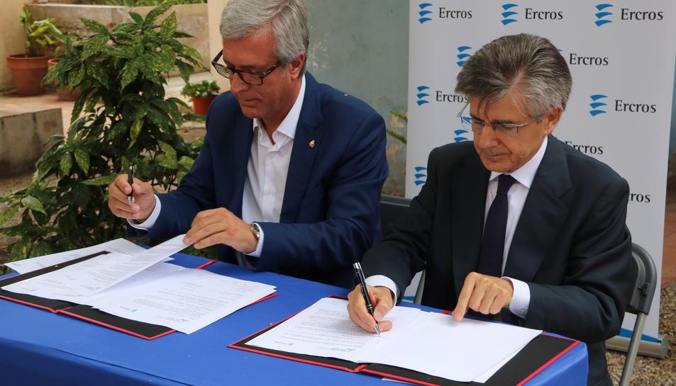 L'alcalde de Tarragona, Josep Fèlix Ballesteros, i el conseller delegat d'Ercros, Antoni Zabalza, signant l'acord de patrocini dels Jocs. Imatge del 13 de juliol del 2017