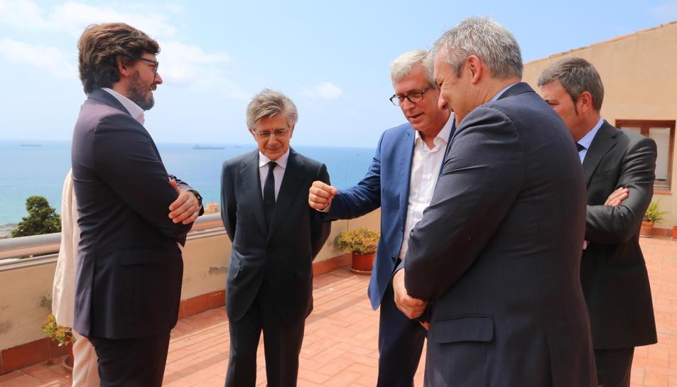 Pla obert de l'alcalde de Tarragona, Josep Fèlix Ballesteros, i el conseller delegat d'Ercros, Antoni Zabalza, amb el regidor comissionat dels Jocs, Javier Villamayor. Imatge del 13 de juliol del 2017