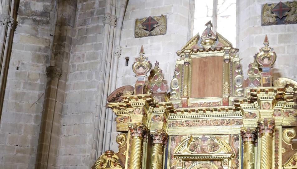 Retaule barroc restaurat a la catedral de Tortosa, amb el bisbe de Tortosa, Enric Benavent, d'esquena, mostrant-lo, aquest 13 de juliol de 2017